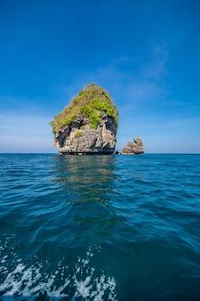 Belleza roca caliza en el mar de adaman, tailandia