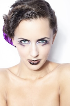Belleza y salud, cosmética y maquillaje. retrato de mujer modelo de moda con maquillaje púrpura brillante, peinado rizado sobre fondo blanco claro.