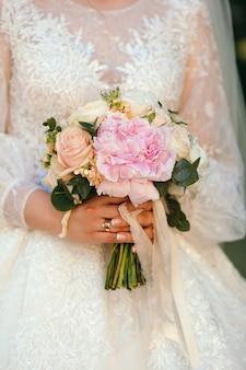 Bello bouquet nupcial en manos de la novia