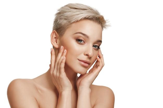 El bello rostro femenino. la piel perfecta y limpia del rostro en blanco. la belleza, cuidado, piel, tratamiento, salud, spa, concepto cosmético