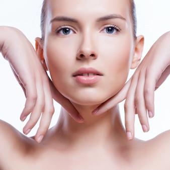 Bello rostro de mujer adulta joven con piel limpia y fresca