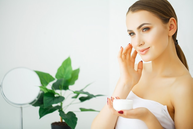 Bello rostro de mujer joven con piel perfecta salud