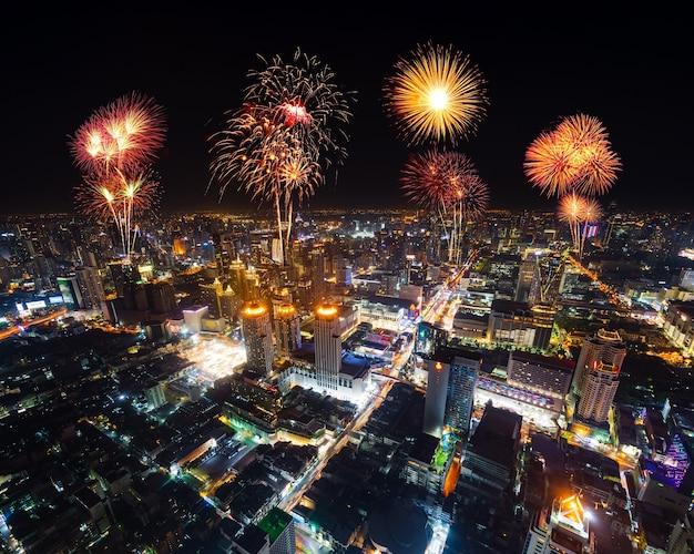 Bellos fuegos artificiales celebrando sobre el paisaje urbano de bangkok por la noche, tailandia