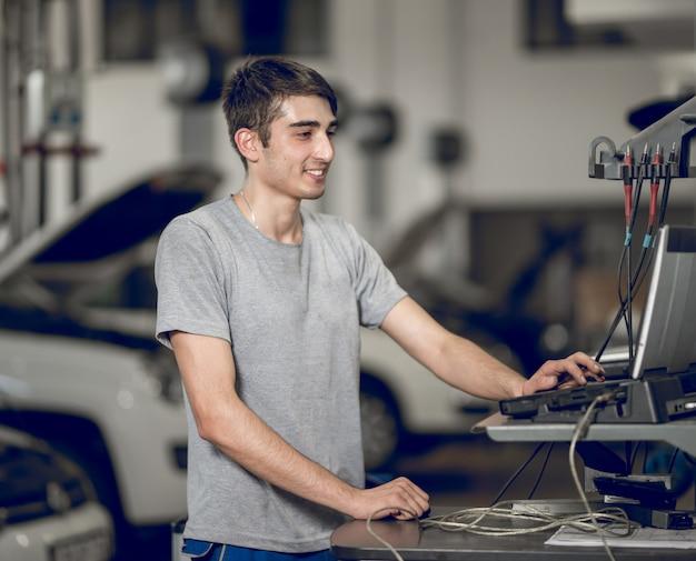Benchman computarizado y diagnosticando, detectando los problemas de un automóvil