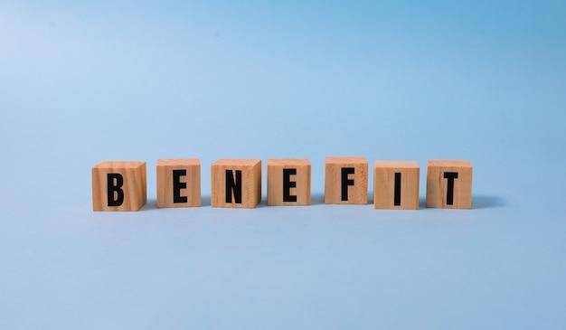 Beneficio palabra hecha con bloques de construcción en azul.