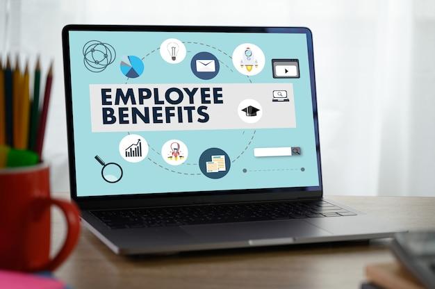 Beneficios para empleados hombre trabajando en tableta comunicación tecnológica