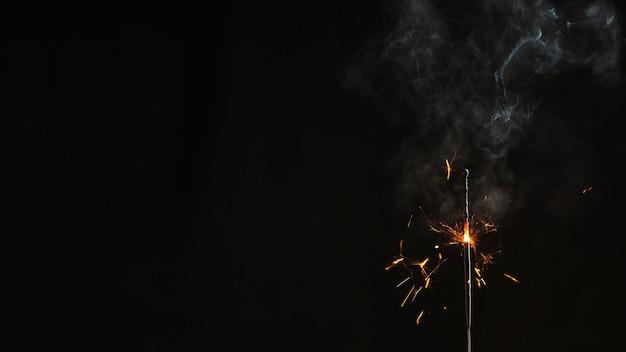 Bengala medio quemada con humo