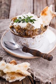 Berenjenas al horno con crema agria y caviar