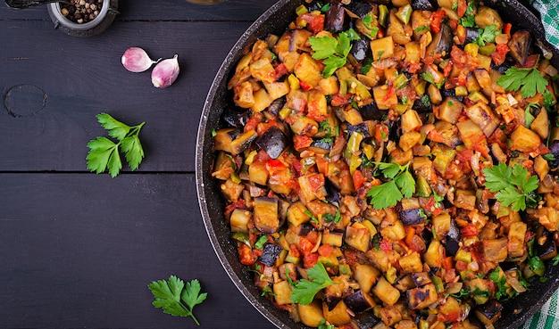 Berenjenas estofadas vegetarianas, pimientos, cebollas, ajo y tomates con hierbas