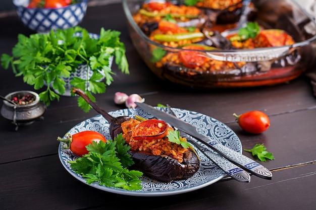 Berenjenas rellenas turcas con carne molida y verduras al horno con salsa de tomate