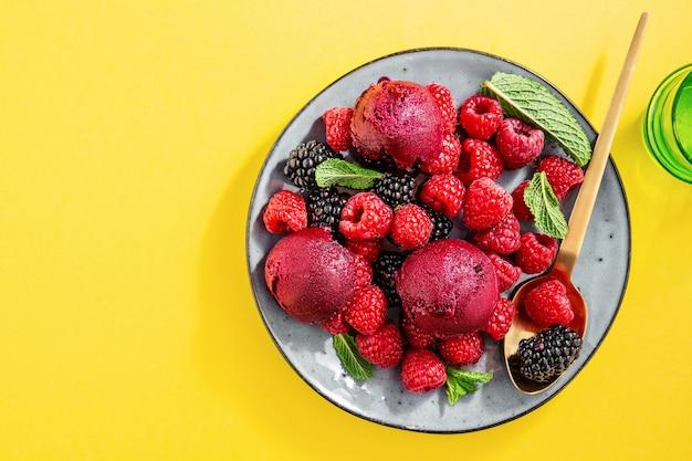 Berry refrescante cucharadas de helado en un plato