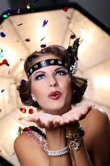Beso de mujer glamour y mirar hacia arriba