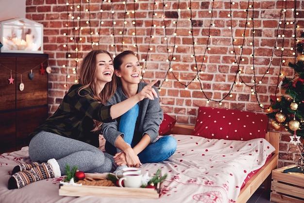 Besties pasando el día de navidad juntos en el dormitorio