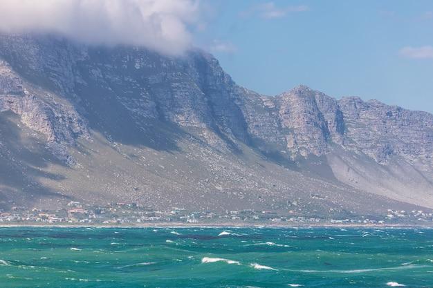 Betty's bay town entre el océano y las montañas en sudáfrica