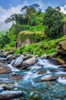 Bhagsu cascada. bhagsu, himachal pradesh, india