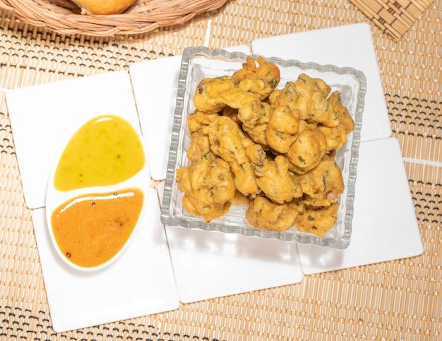 Bhajiya o pakora está hecho con harina de garbanzos y espinacas, esta es la comida callejera favorita de los indios y paquistaníes.