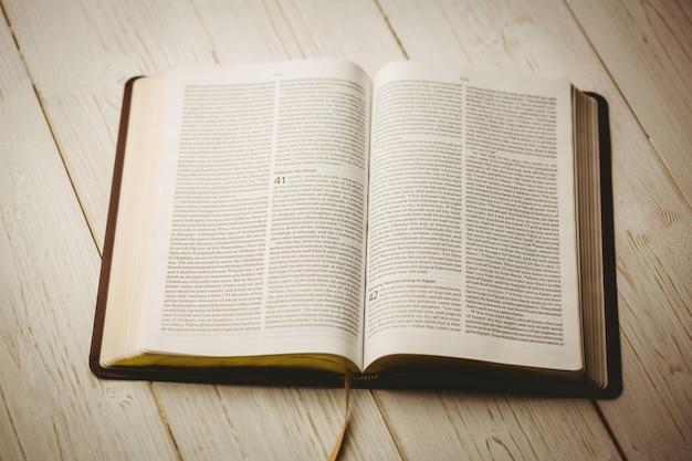 Una biblia abierta