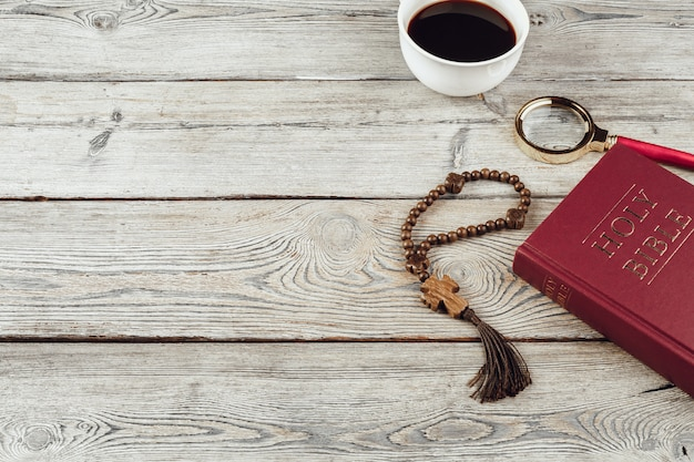 Biblia y un crucifijo en una vieja mesa de madera