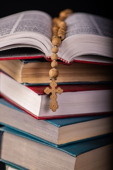 Biblia y cruz en concepto religioso.