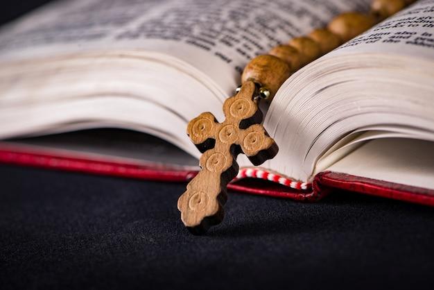 Biblia y cruz en religiosas