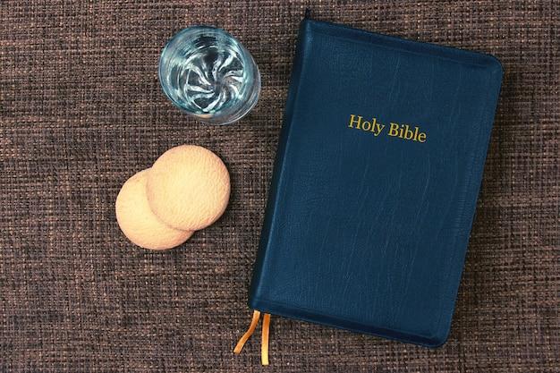 La biblia es pan y agua en la mesa