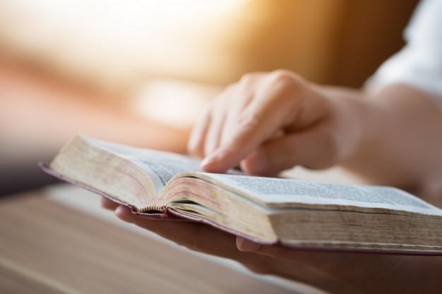 Matrimonio Leyendo La Biblia : Biblia abierto fotos y vectores gratis