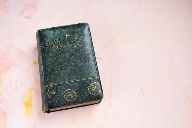 Biblia o libro de poesía en rosa