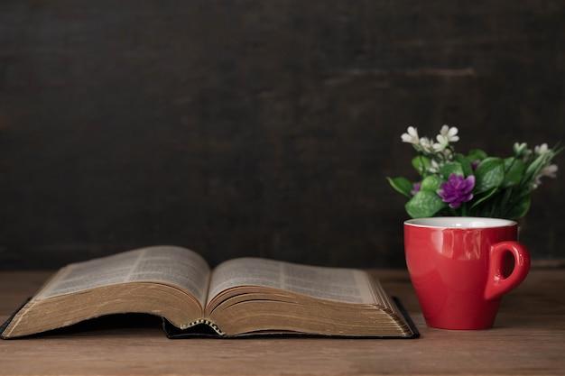 Biblia y una taza de café por la mañana