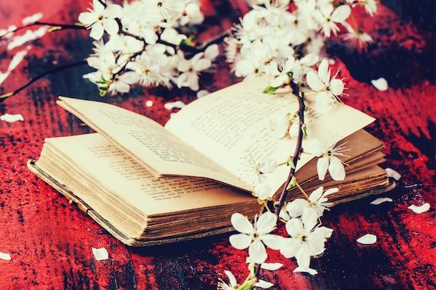 Biblia vintage con rama de flor