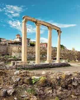 Biblioteca de adriano debajo de la acrópolis de atenas en grecia