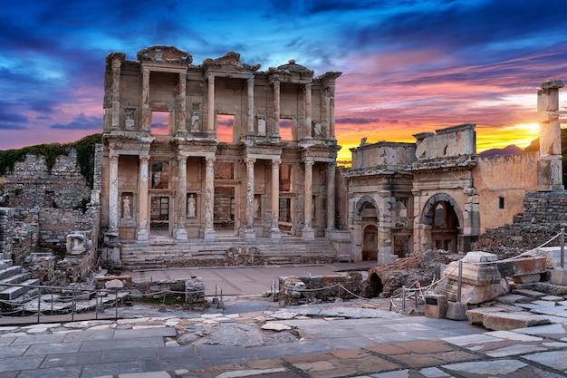 Biblioteca de celso en la antigua ciudad de éfeso en izmir, turquía.