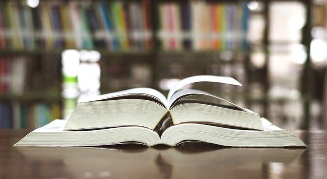 Biblioteca de libros de educación colocada en la mesa de estudio para el aprendizaje del conocimiento y la enseñanza