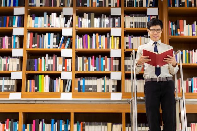 Bibliotecario de pie en las escaleras leyendo