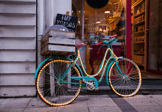 Bicicleta al lado de la tienda.