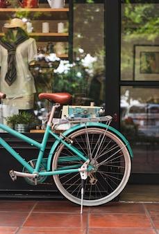 Bicicleta en una cafetería de la ciudad.