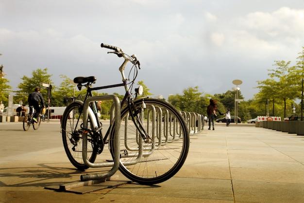 Bicicleta cerrada en la ciudad.