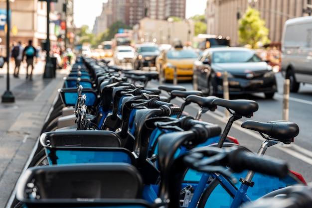 Bicicleta de ciudad estacionada al costado de la carretera