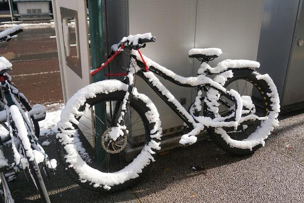 Bicicleta congelada durante la noche.