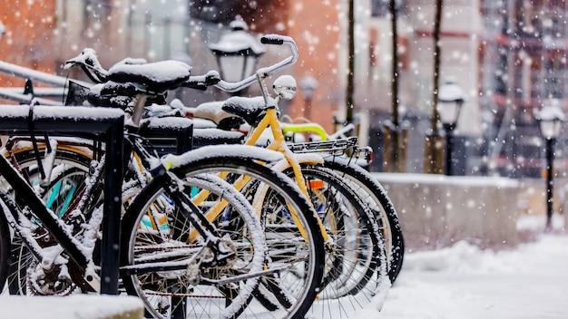 Bicicleta de estilo hermoso en la nieve después de las fuertes nevadas en europa.