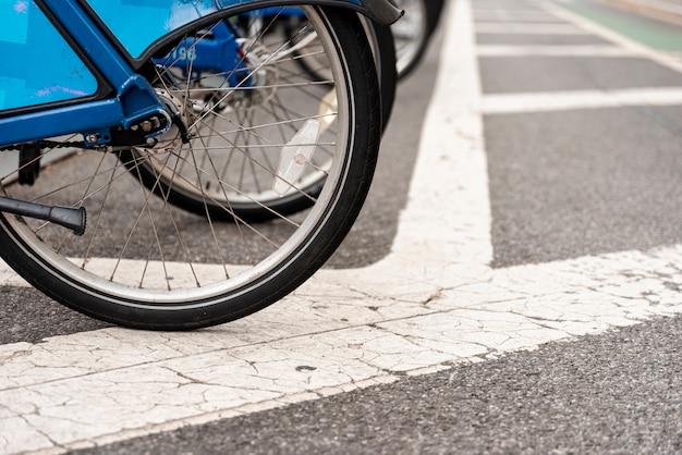 Bicicleta en una fila de cerca