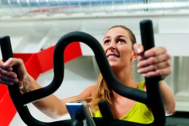 Bicicleta de interior ciclismo en gimnasio
