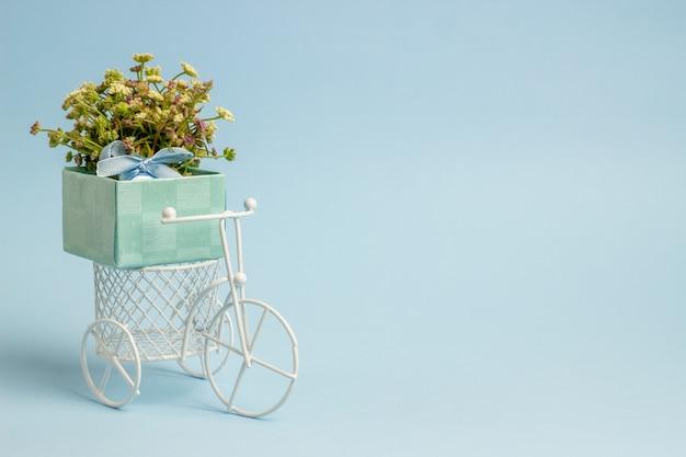 Una bicicleta de juguete lleva flores. t