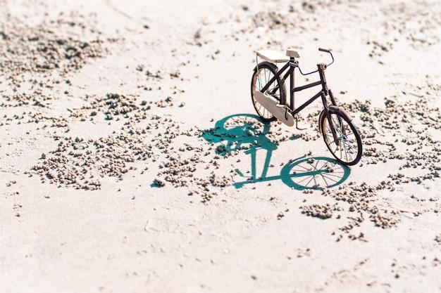Bicicleta de madera artesanía de juguete en el fondo de la playa o hermosa naturaleza
