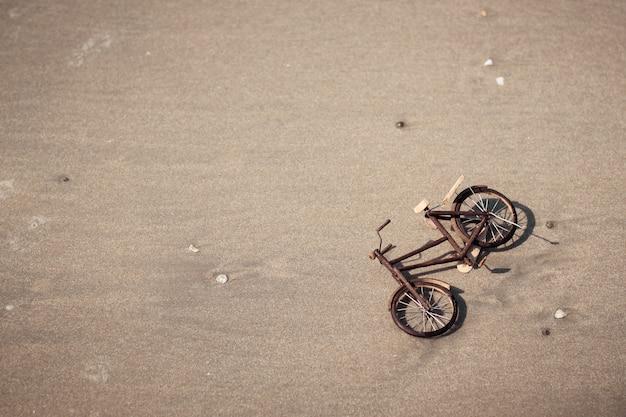 Bicicleta de madera modelo verano concepto actividad estilo de vida