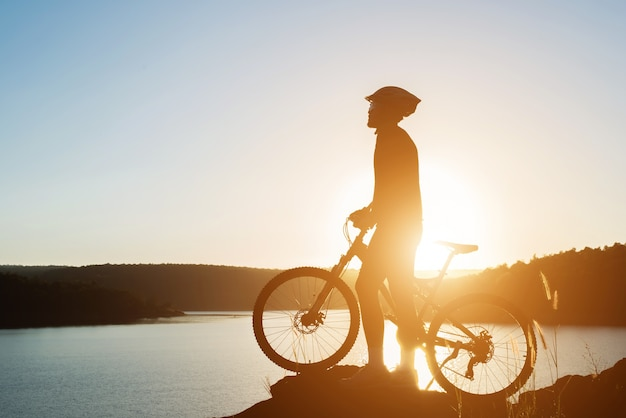 Bicicleta de montaña recorrido silueta de la bicicleta hasta