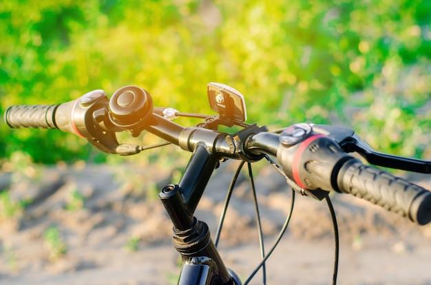 Bicicleta en la naturaleza de cerca, viajes, estilo de vida saludable, paseo por el campo. marco de bicicleta. día soleado