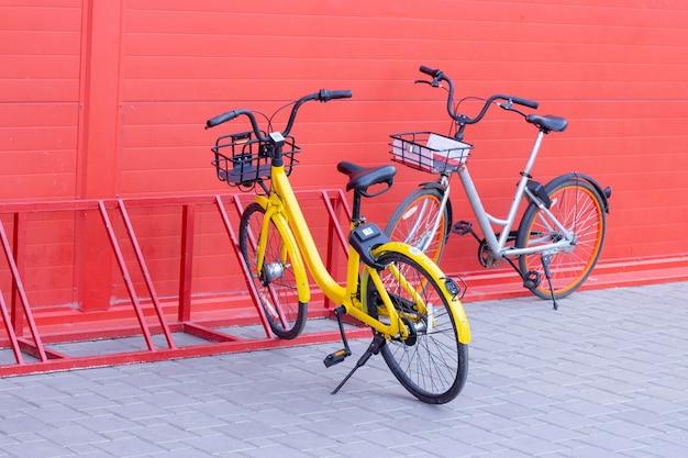 Bicicleta con navegador gps en el estacionamiento, el tema del transporte y las comunicaciones. hay bicicletas y scooters en el estacionamiento.