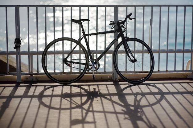 Bicicleta en el paseo junto al mar en niza, francia