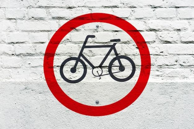 Bicicleta permitida: señal de tráfico estampada en la pared blanca, como grafito