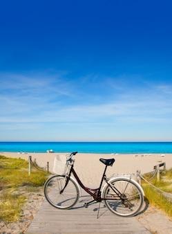 Bicicleta en la playa de formentera en islas baleares.